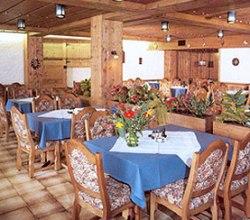 Traditioneller gemütlicher Speisesaal am Arlberg im Hotel