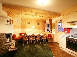 Wohnraumbeispiel mit Kamin in den 4 Sterne Ferienhäusern in Sölden